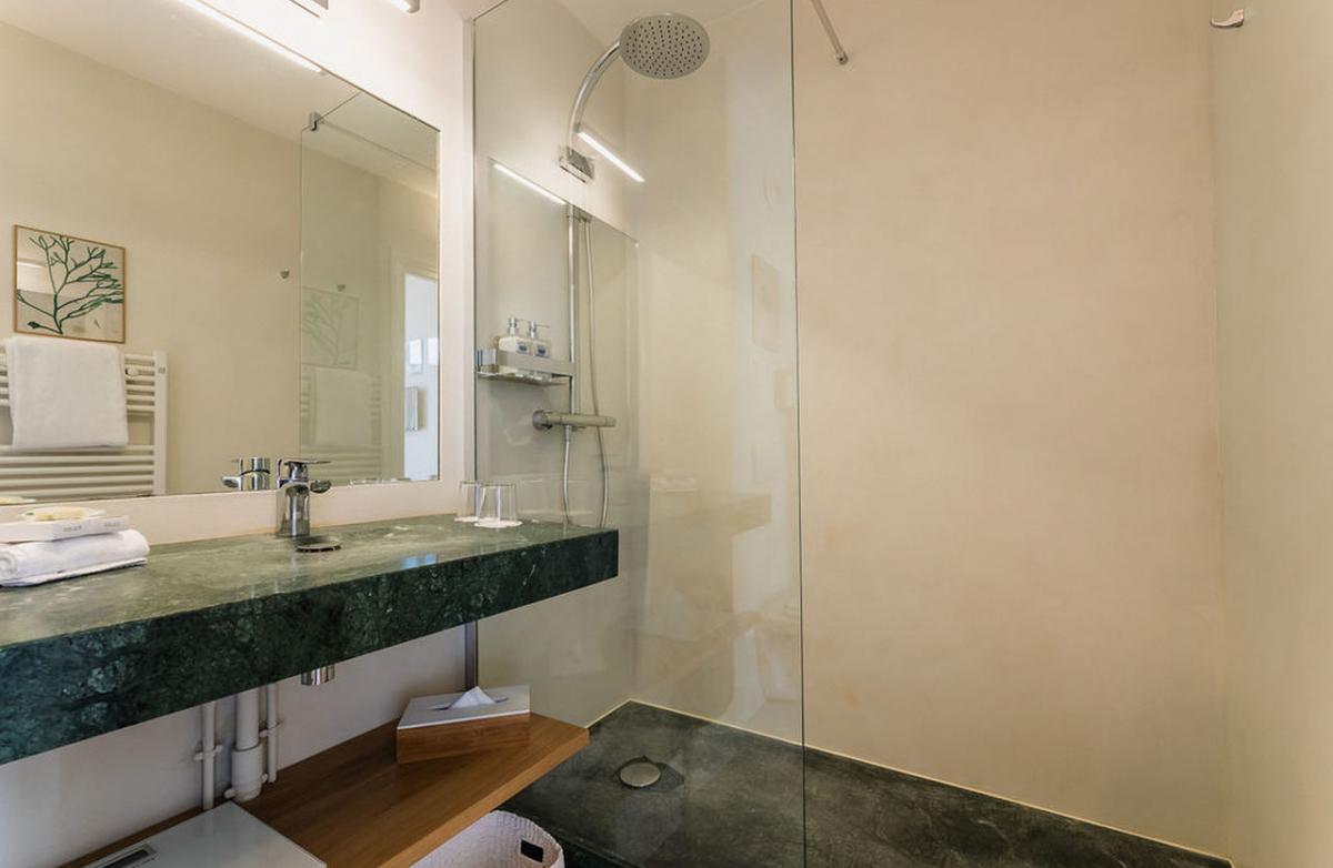 La salle de bain de la chambre confort, la douche marbre