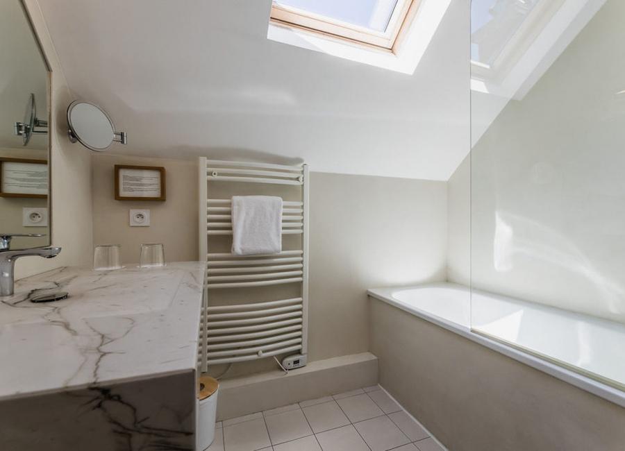La chambre superieure et sa salle de bain, hôtel Edouard VII, Biarritz