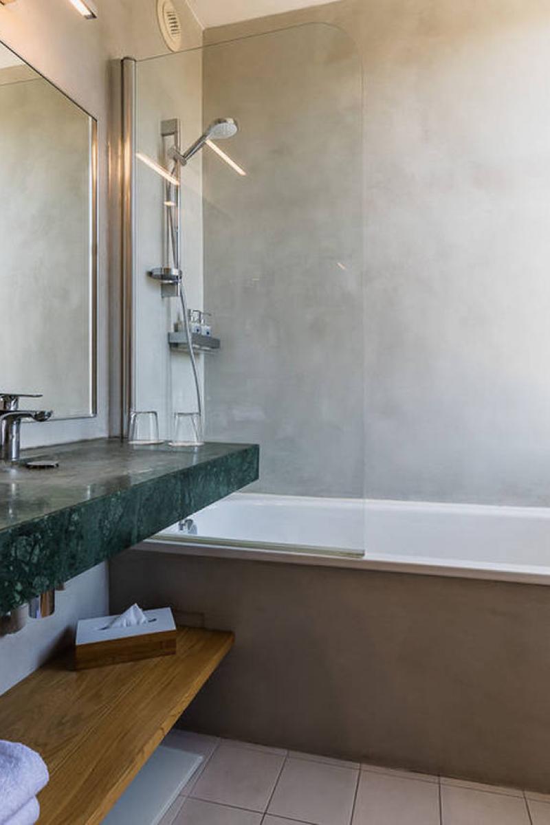 La salle de bain en marbre de la chambre superieure de l'Hôtel Edouard VII, Biarritz