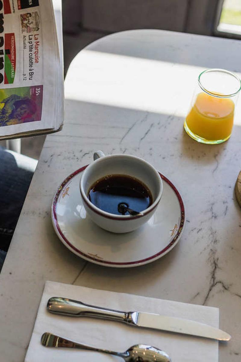 Le café au petit-déjeuner du matin à la veranda de l'hôtel Edouard VII